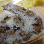 102818926 - くるみのパンの餡サンド