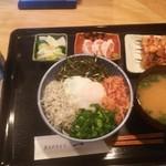 一 - ★玉子かけ丼★♪焼き鳥3本、ササミ霜降り、お味噌汁、お漬物付きで900円
