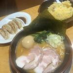 鶏番長 - 料理写真:味噌豚骨880円、手作り餃子+半チャーハン 満腹セット 500円