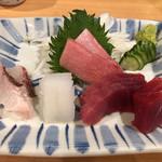 筒 - 刺身盛り合わせ。本マグロのトロ、中トロ、赤身、アオリイカ、鯛。