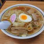 中華そば 富士屋 - 料理写真:ワンタン麺 780円(税込) なみなみスープにワンタン、メンマ、ナルト、ネギ、ホロホロチャーシュー、スライスカットされたゆで玉子半個分が乗ります♪