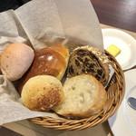 102859018 - ランチで最初に出されるパン