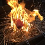 土佐たたき道場 - カツオ藁で焼いてます