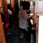 麺食堂 88 - 鰻の寝床のような店内