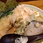 102873643 - 鶏白湯白醤油ラーメン大盛1,112円(税込み)。