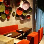 米と葡萄 by SHINGEN - 福岡県朝倉郡東峰村で作られた小石原焼きが壁面に装飾されたソファ席。