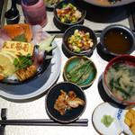 米と葡萄 by SHINGEN - 海鮮丼の竹1,400円(税別)。お味噌汁と小鉢3つ、アフタードリンク(お茶かコーヒー)が付いています。