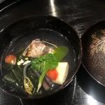 日本料理 会席小久保 - 蛤の貝殻中にアオサと蛤、わかめ、湯葉、蕨のお吸い物