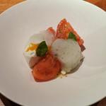 FORNO - プーリア産のブラータチーズとフルートトマトのカプレーゼ仕立て、柑橘のジャムとバジルの泡