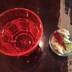 スパイスカリー バビルの塔 - 赤いグラスに水を注いでテーブル席へ