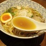 まごたゆの木 - スープはスッキリ醤油味。魚介系の風味がふんわり香ります。