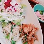 松竹堂cafe - 今日のご飯 プレート アップ サラダ、副菜二種 チャプチェ、ナムル 上にはお新香
