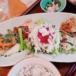 松竹堂cafe - 今日のごはん プレートの主菜、サラダ、副菜二種 雑穀米、お新香 全景