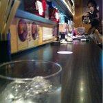 10293761 - 店は長いカウンターと立ち飲みテーブル(^◇^)