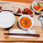 カフェ&リラクゼーションサロン Home place - ポークグリル定食