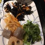 102943124 - ひじき、きんぴら、レンコンとコンニャク煮、海藻和え物