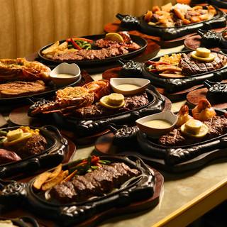 ステーキは全て特注の鉄板でサーブ!!