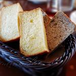 102952393 - セットの自家製パン