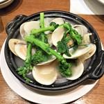 VINSENT - 蛤と菜花の白ワイン蒸し980円。
