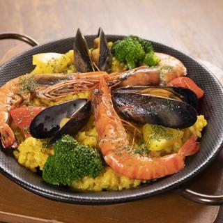 和歌山の食材をふんだんに使用。人気メニュー海の幸のパエリア