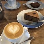 伊東屋珈琲 - 料理写真:手前からカプチーノ、モカ風味のキャトルキャール、パウンドケーキ、本日のスペシャリティコーヒー ダークアフリカンブレンド。