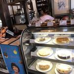 伊東屋珈琲 - 入口すぐにケーキのショーケース