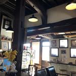 伊東屋珈琲 - 入口横の衝立の向こうは小さな物販スペース