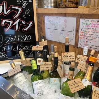 セルフワインコーナーは15種以上のワインが380円〜!