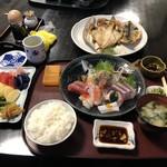 102976169 - 刺身定食、干物セット(金目鯛、鯵、かます)、漬物