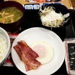 なか卯 - 目玉焼きベーコン朝定食:390円