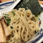 つけ麺や 武双 - 麺は平打ちの太麺です(私は極太麺はあまり好きではないのでGOOD)。