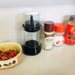 岡製麺所 - カウンター席の調味料。