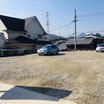 岡製麺所 - 広い駐車場。