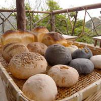 石窯パン工房森のおくりもの - 素材にこだわった自慢のパン 種類もいろいろあります。