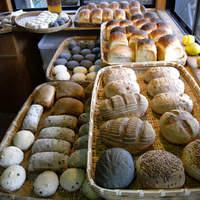 石窯パン工房森のおくりもの - 焼きたてパンの香りが店内いっぱいにひろがり、店頭に並んでるようす。
