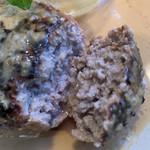 ハンバーグ屋 バイ チェスナット - 粗挽きなお肉はジューシーで肉肉しいです。生クリームを入れた和風ソースで、けっこう旨いです。