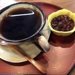 赤瓦五号館 久楽 - 石臼珈琲 小豆餡を入れていただきます