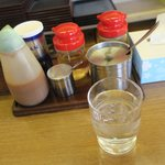 七福 - 卓上にはおろしニンニクと餃子の味噌ダレが有りました