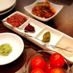 肉山 おおみや - 料理写真:付きだしと薬味と調味料