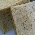 天然酵母食パン CUBE - ドライトマトとバジルのパン