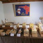 天然酵母食パン CUBE - 陳列棚