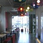 ハピネスカフェ - 右の奥は広い窓に面した開放感あるスペースになっています