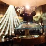 103030023 - テーブルに置かれた石油ランプ