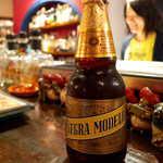 メキシカン・バー ソル・マリアッチ - メキシコ産ダークビール「ネグラ・モデロ」。甘口でコクに溢れた、黒ビールの常識を覆す一本。瓶から直接どうぞ!