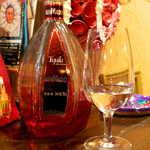 メキシカン・バー ソル・マリアッチ - テキーラ「アファマド」ブランコ。赤色の瓶は存在感抜群、テキーラらしい天然の苦味を感じられる一杯