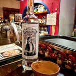 メキシカン・バー ソル・マリアッチ - メスカル「シエテ・ミステリオス」。現地で使われるヒョウタンの盃「ヒカレ」で。風味濃厚で美味しい!