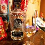 メキシカン・バー ソル・マリアッチ - テキーラ「カレラ」レポサド。馬をあしらったボトルは数種類、今後は「競馬が見られるバーを開きたい」とサブママさん