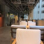 HEARTSカフェレストラン&バー - お店には一人で楽しめるカウンター席や数人でゆっくり語り合うことのできるテーブル席など様々なニーズにこたえる造りになってました。