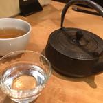 神楽坂 山せみ - 日本酒は鉄瓶で供されます