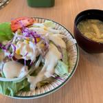 千葉ビール園 - セットのサラダ、味噌汁